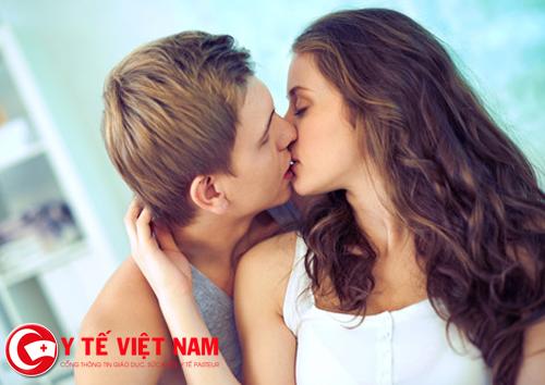 Hôn nhau có thể truyền vi khuẩn gây sâu răng
