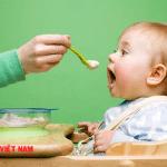 Cho trẻ ăn quá nhiều muối cũng khiến lượng canxi bị đào thoát ra ngoài