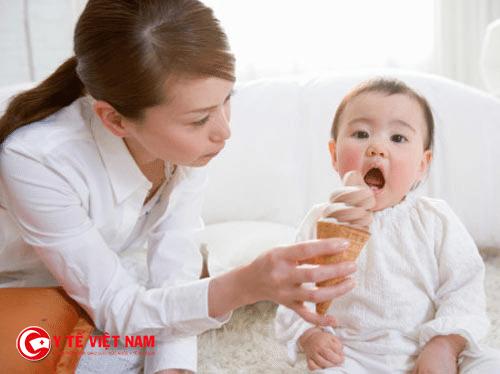 Mẹ không nên cho bé ăn đồ lạnh trong mùa đông