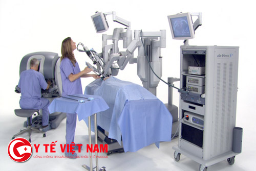 Bác sĩ điều chỉnh phẫu thuật bằng robot