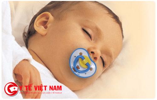 Ngậm núm vú rất tốt cho trẻ ngủ sâu giấc