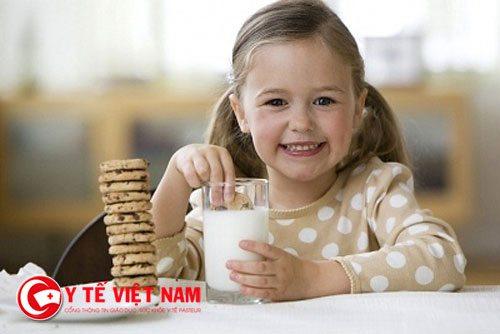 Sữa tươi chỉ nên dùng cho bé từ 1 tuổi trở lên