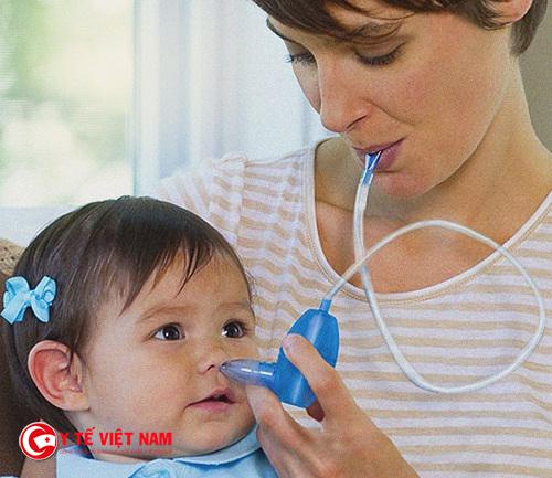 Mẹ nên vệ sinh sạch sẽ tai mũi họng cho bé hàng ngày