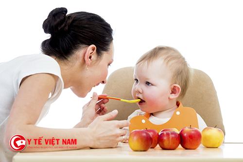 Cung cấp đầy đủ duỡng chất cho bé là mẹ đang giúp bé phát triển ổn định