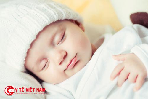 Mẹ không nên căn cứ vào nhiệt độ môi trường vào thân nhiệt để đội mũ cho bé
