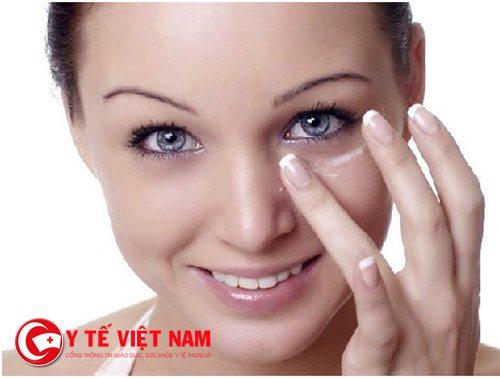 Sử dụng kem dưỡng da cho vùng mắt