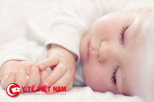Cha mẹ nên kiểm tra trẻ khi ngủ tránh mồ hôi trộm