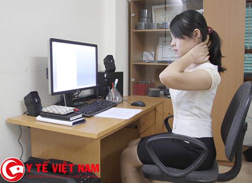 Ngồi máy tính lâu cũng là nguyên nhân gây bệnh đau vai gáy
