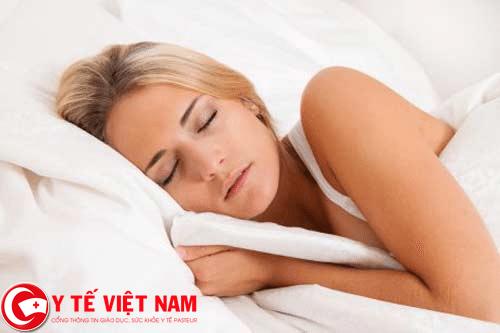 Ngủ nghiêng nhiều gây ra triệu chứng bệnh đau vai gáy