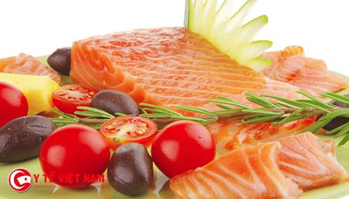 Không nên cho bé ăn quá nhiều thịt cá