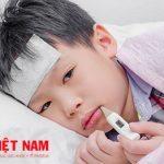 Cơ thể trẻ đột nhiên bị sốt cao trên 39 độ là dấu hiệu của bệnh viêm não mô cầu