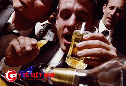 Uống rượu bia có thể gây vô sinh cho nam giới