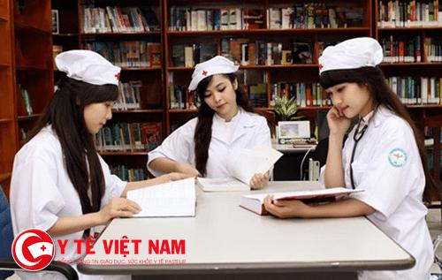 Sinh viên ngành Dược nghiên cứu tài liệu tại Thư viện