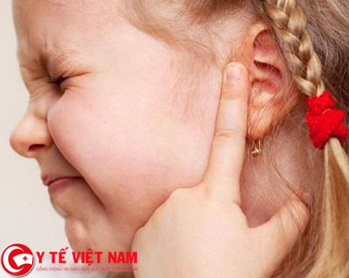 Trẻ nhỏ bị thủng màng nhĩ