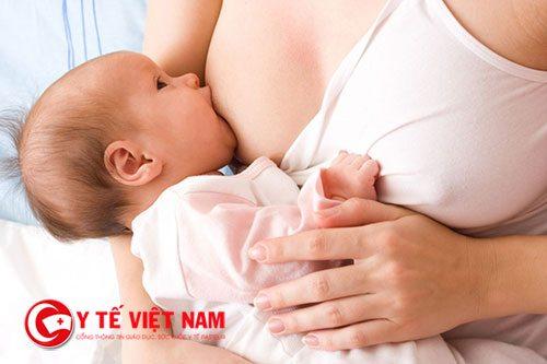 Tạo thói quen bú theo và khống chế lượng sữa nhất định cho con