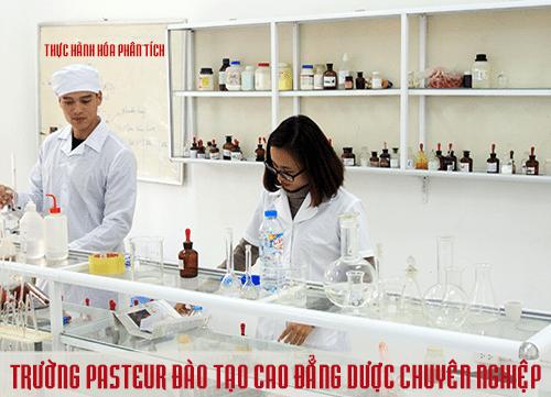 Sinh viên Cao đẳng Y Dược Pasteur trong giờ thực hành