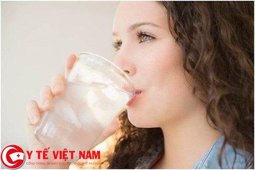 Mắc bệnh viêm đại tràng cấp nên uống nhiều nước
