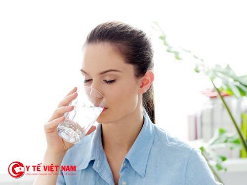 Bổ sung nước hàng ngày để giảm triệu chứng đau nửa đầu