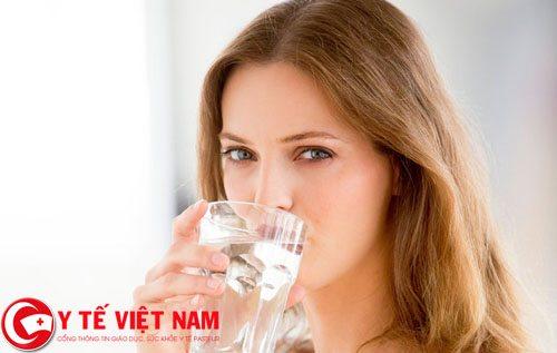 Bị đau đầu mãn tính nên uống nhiều nước
