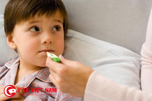 Nếu trẻ bị sốt trong dịp tết thì không nên mất bình tĩnh