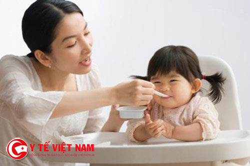 Mẹ nên làm cho giờ ăn thoải mái chứ không nên ép buộc trẻ