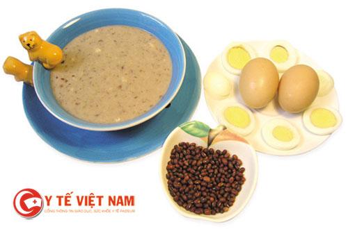 Món cháo trứng đậu đỏ cũng không thể nào bỏ qua cho các bé biếng ăn