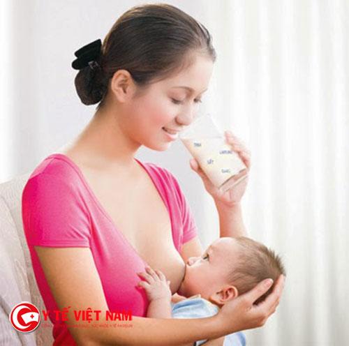 Với những trẻ còn đang bú sữa thì mẹ cũng phải ăn đủ chất để có đủ sữa cho bé bú