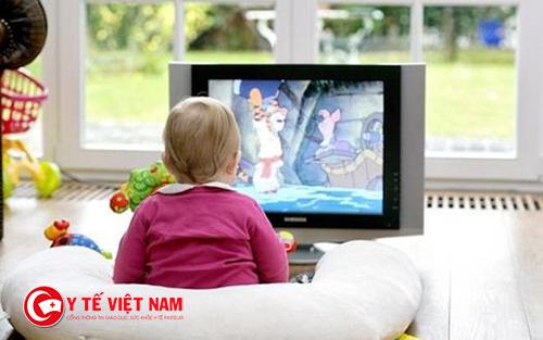 Cho trẻ xem TV từ khi còn quá nhỏ