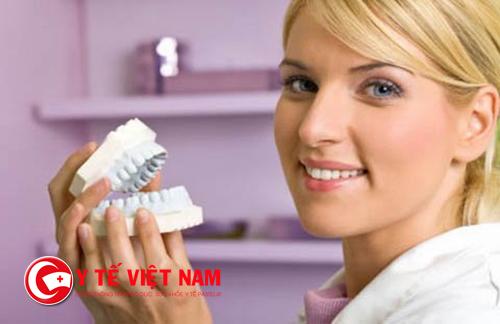 Bác sĩ bọc răng sứ thẩm mỹ