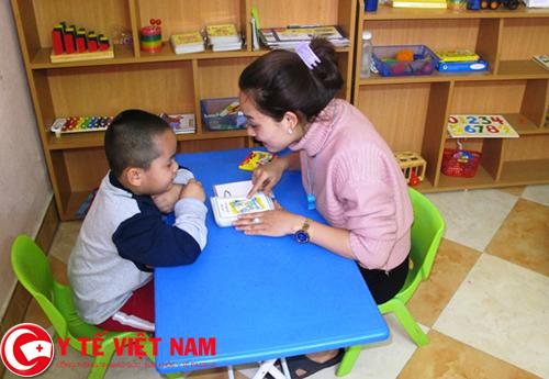 Điều dưỡng viên chăm sóc trẻ tự kỷ