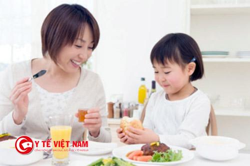 Không lấy thêm thức ăn cho trẻ nếu đã hết suất ăn của mình