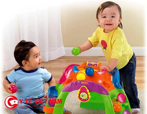 Trẻ có thể lây truyền bệnh tay chân miệng khi sử dụng đồ chơi chung