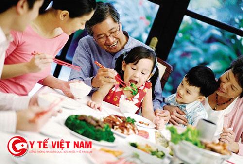 Bạn nên để cho trẻ ăn nhiều rau xanh và trái cây thay cho kẹo bánh
