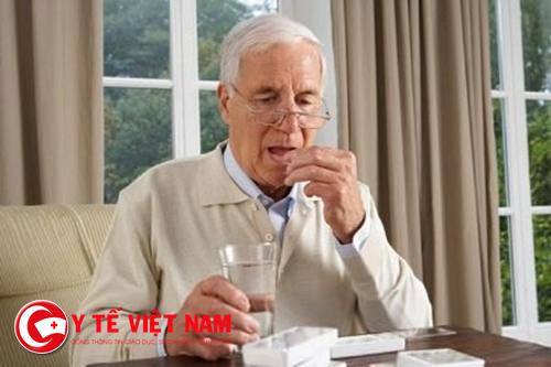 Việc sử dụng thuốc của người già cần cẩn trọng hơn
