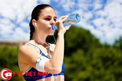 Phòng bệnh thoát vị đĩa đệm nên uống nhiều nước
