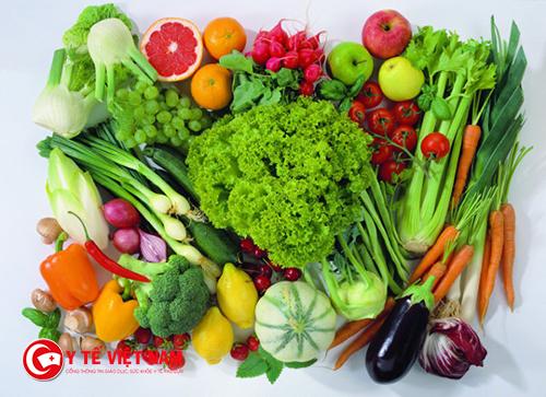 Cả nhà cùng ăn rau xanh với trẻ