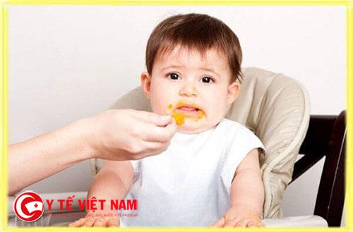 Trẻ 1 tuổi biếng ăn do những nguyên nhân khách quan và chủ quan