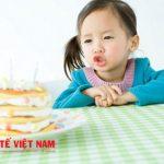 Bạn cũng nên cho trẻ một tâm lý thoải mái vui vẻ trên bàn ăn
