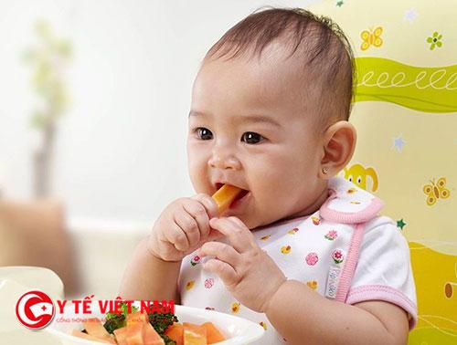 Bạn có nấu nhìn thức ăn và cho trẻ bốc ăn