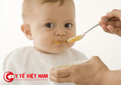 Nếu không tập cho bé ăn đúng thời điểm cũng khiến trẻ biếng ăn
