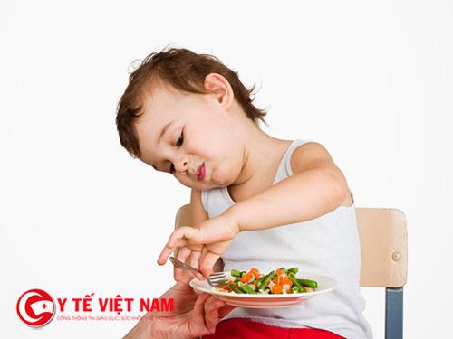 Mẹ phải tìm nhiều cách để khắc phục tránh ảnh hưởng đến thẻ chất và trí tuệ của trẻ