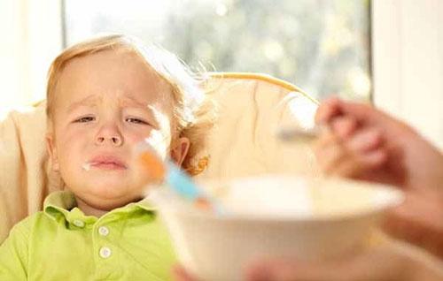 Nếu trẻ có những biểu hiện muốn ăn dặm thì mẹ hãy cho trẻ ăn
