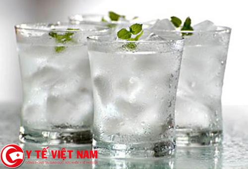 Không cho trẻ uống nước lạnh hoặc nước đá