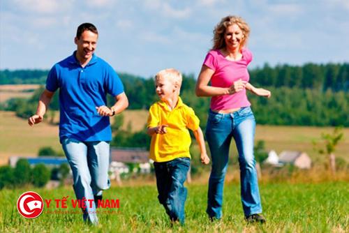 Mẹ hãy dành 30 phút đi bộ cùng trẻ mỗi ngày