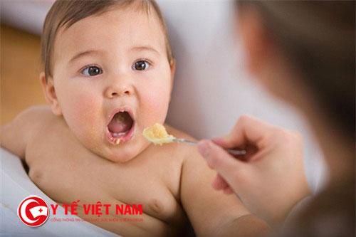 Chọn thời điểm ăn dặm cho trẻ là điều rất quan trọng để giúp bé ăn tốt hơn
