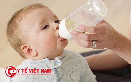 Bé ăn dặm lười uống sữa khiến mẹ rất đau đầu