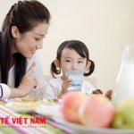 Có rất nhiều những biện pháp để khắc phục bé biếng ăn lười uống sữa mà mẹ có thể tham khảo