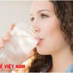 Cách phòng ngừa bệnh thấp khớp là uống nhiều nước