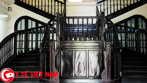Bên trong các tòa nhà cổ đều có cầu thang bằng gỗ nhìn rất sang trọng