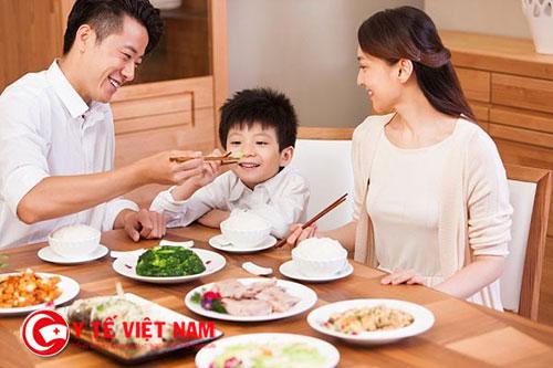 Bố mẹ có thể nuông chiều con một chút để giúp bé ăn ngon miệng hơn